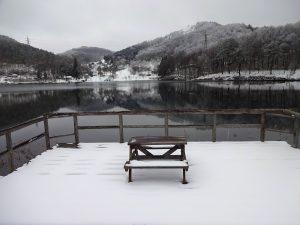スキー場の営業も終わり、春を待つ聖湖(猿ヶ馬場池)。凛として静かな空気に包まれる4月上旬。
